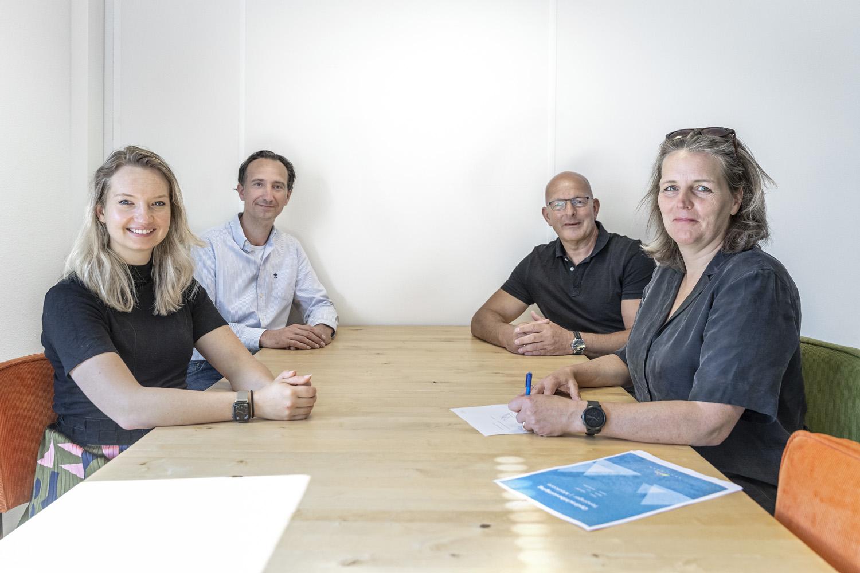 Medewerkers van Tenzinger en Ermelosche Psychologenpraktijk tekenen voor Medicore ECD